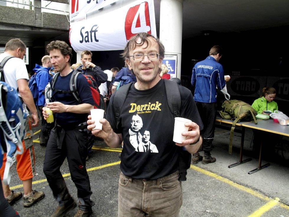 Hallvard Haug tar en velfortjent styrkedrikk på Danmarks plass. Helten hans er avbildet på t-skjorten (24.05.2009). (Foto: Geir Jetmundsen)