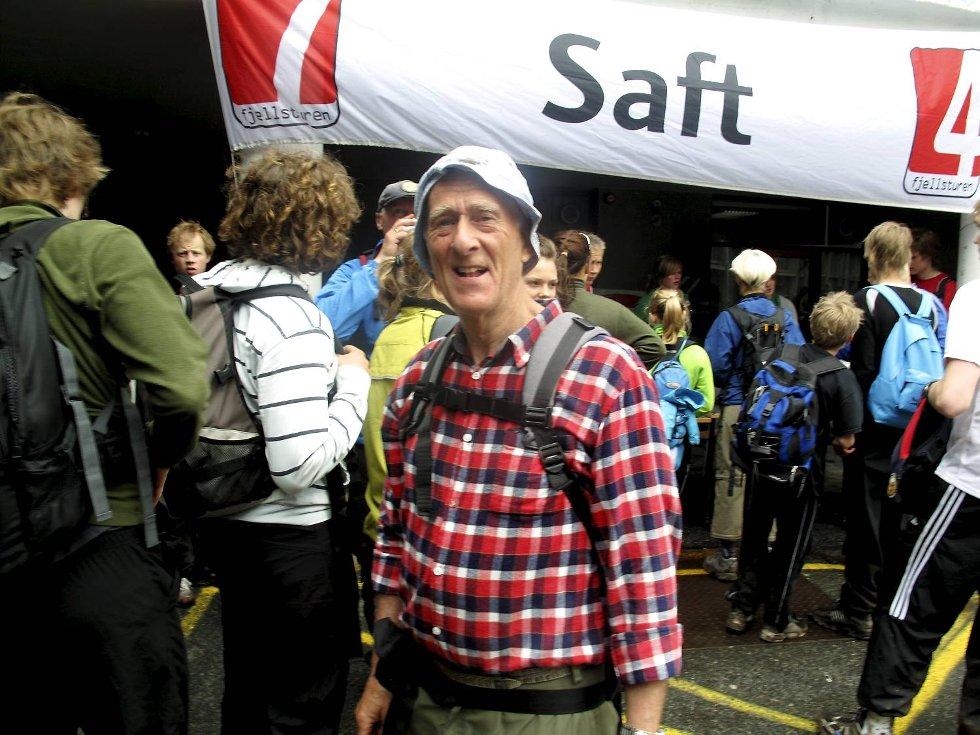 - Imponerende mange ungdommer i fjellet, sier Nils Klubben (67) på drikkestasjonen på Danmarks plass (24.05.2009). (Foto: Geir Jetmundsen)