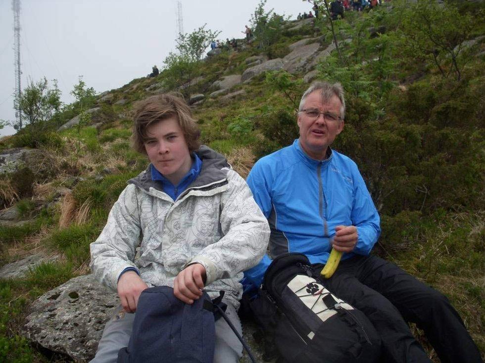 Nistepakke og en matpause i det fri er ikke å forakte når man er på 7-fjellstur (24.05.2009). (Foto: Line Fosse)