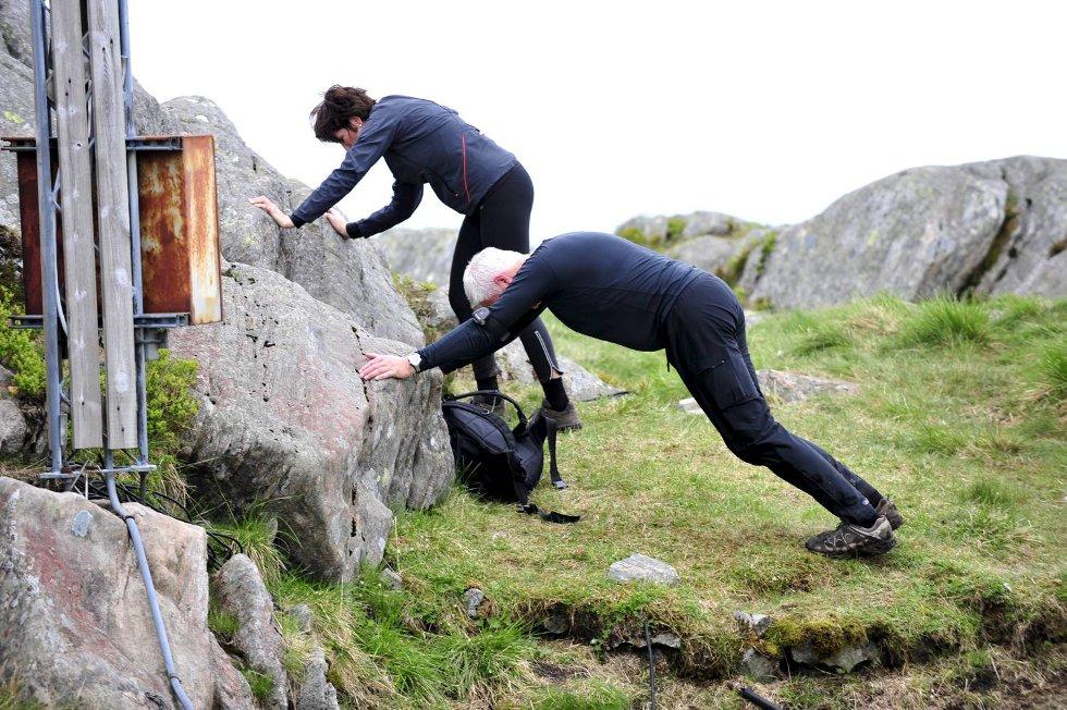 Det tok på med fire topper på rappen. På Ulriken måtte disse to strekke på ben og armer (24.05.2009). (Foto: Magne Turøy)
