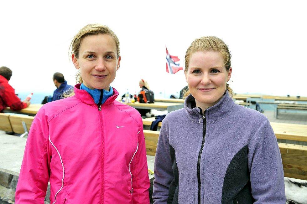 Blant de mange blide turgåerne på Ulriken, traff BA på Ina Ekeberg og Eli Klingsheim (24.05.2009).                           (Foto: Magne Turøy)
