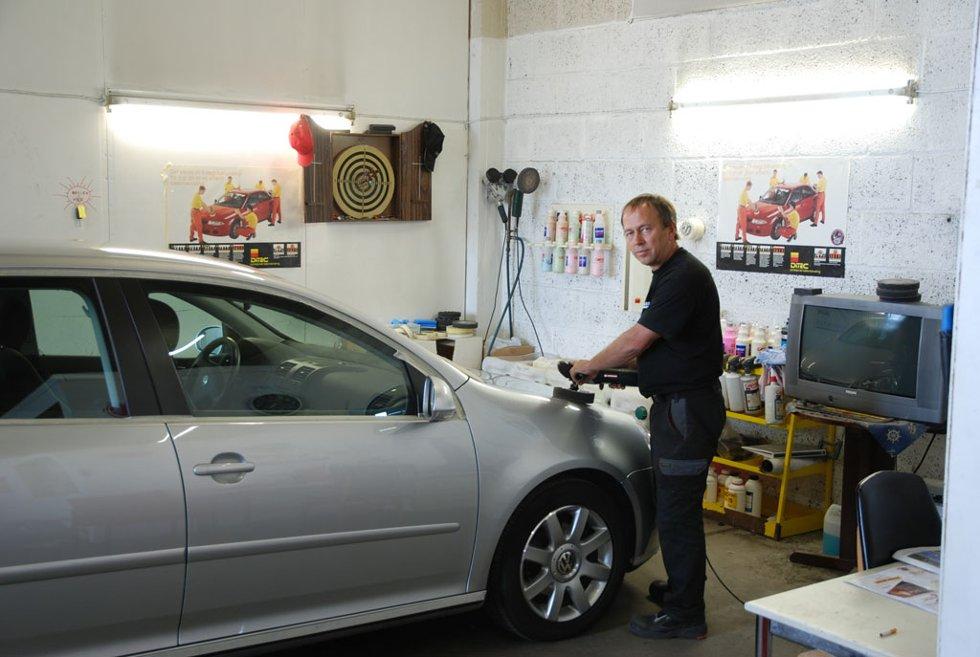 Å polere bilen to ganger i året er svært viktig, sier daglig leder Tom Meyer ved Larvik Bilpleie og Bilglass AS.