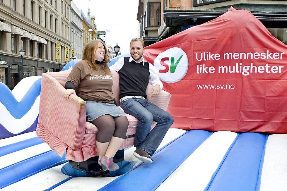 OPPAVSOFAEN: Gina Barstad og Audun Lysbakken lanserte tidligere denne uken sin nye nettsatsing «oppavsofaen» med en menneskekastende sofa på Youngstorget.
