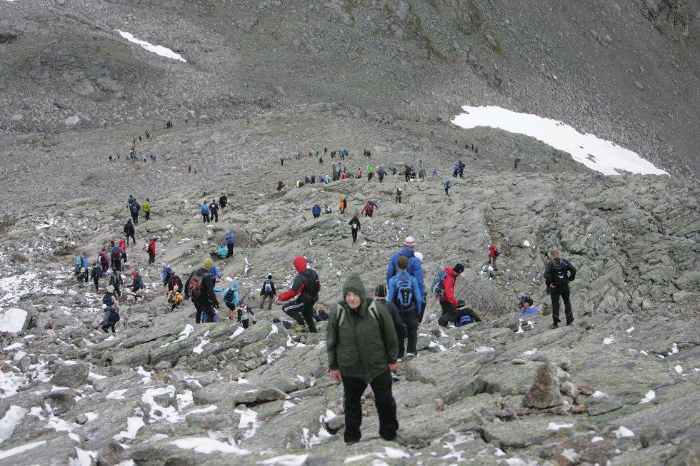 KØ: Mosjonistane gjekk i kø ned frå Skåla laurdag.