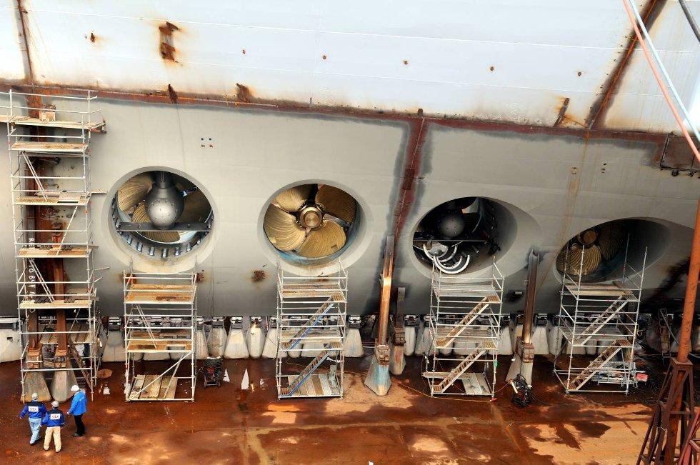 Hestekrefter skal det ikke stå på. Fire ganger 9.000 hk driver de to monsterskipene. Propellene måler 6,1 meter i diameter. Nede til venstre sees tre personer. (Foto: Thomas Hildonen, ANB)
