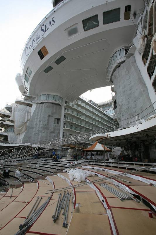 Dette bildet gir et inntrykk hvor stort skipet virkelig er. (Foto: RCCL/ANB)