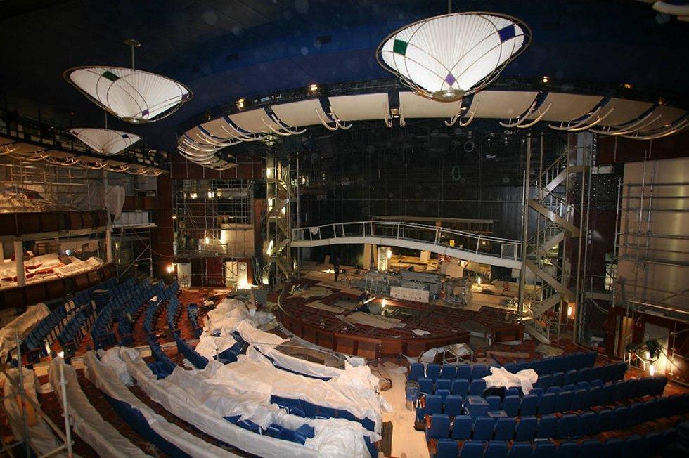 Voksen teatersal. 1.500 mennesker får plass til å se Hairspray. Det er flere seter enn den nye Operaen i Oslo. (Foto: RCCL/ANB)