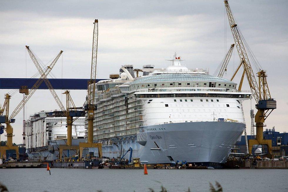 Oasis of the Seas og søsterskipet Allure of the Seas (bak) bygges i finske Åbo, og blir de to klart største cruiseskipene i verden. (Foto: RCCL/ANB)