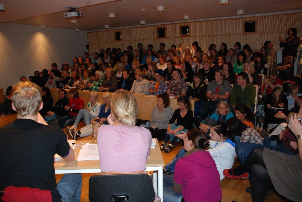 Elevene ved Aust-Lofoten Videregående Skole i Kabelvåg stilte gode sprøsmål til panelet.