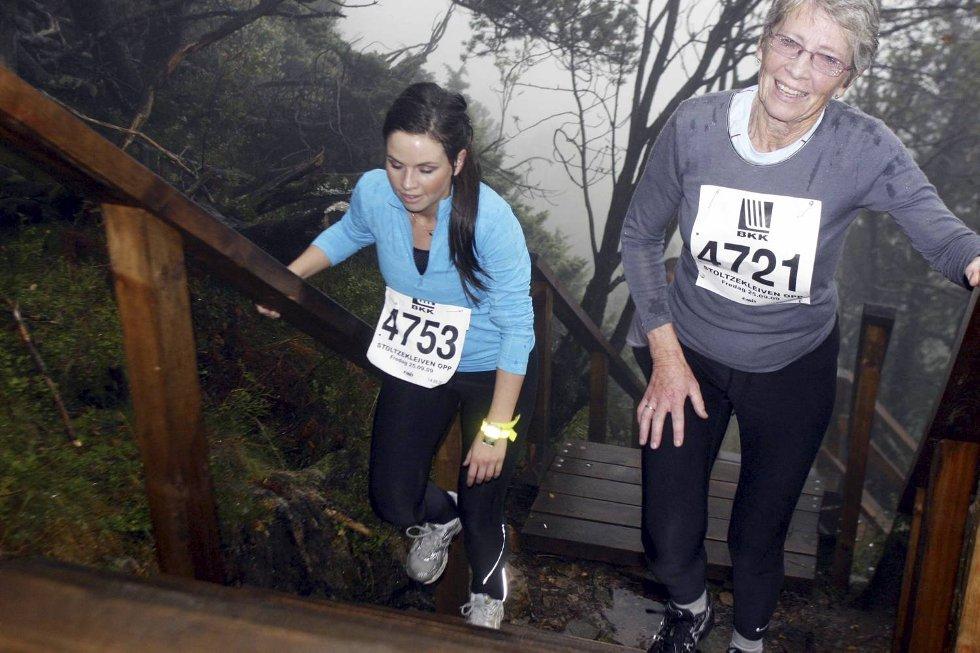 Maren Korneliussen i klasse 18-34 år og Lola Haugland i klasse 70-74 år. (Foto: Anders Mo Hanssen)