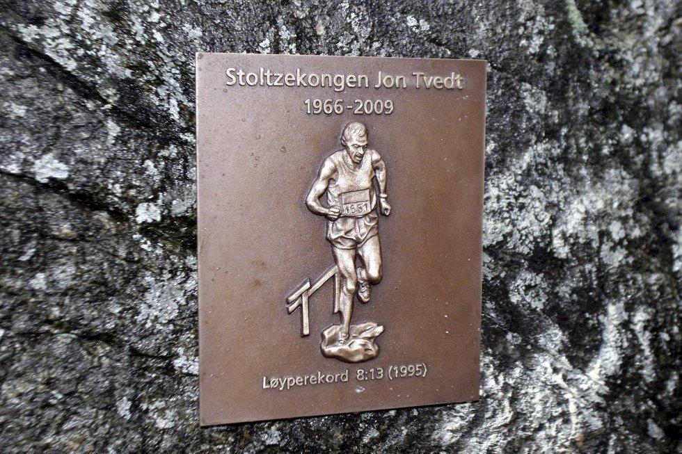 Mineplakett til ære for Jon Tvedt. (Foto: Anders Mo Hanssen)