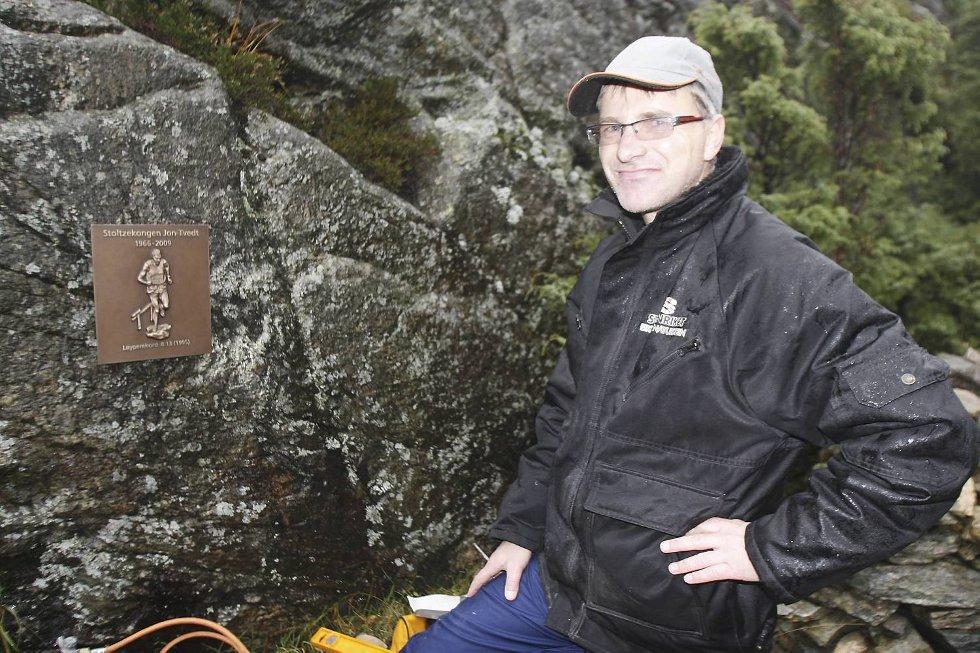 Sigurd Eikner fra Eikner Naturstein hengte opp æresplakett for Jon Tvedt. (Foto: Anders Mo Hanssen)