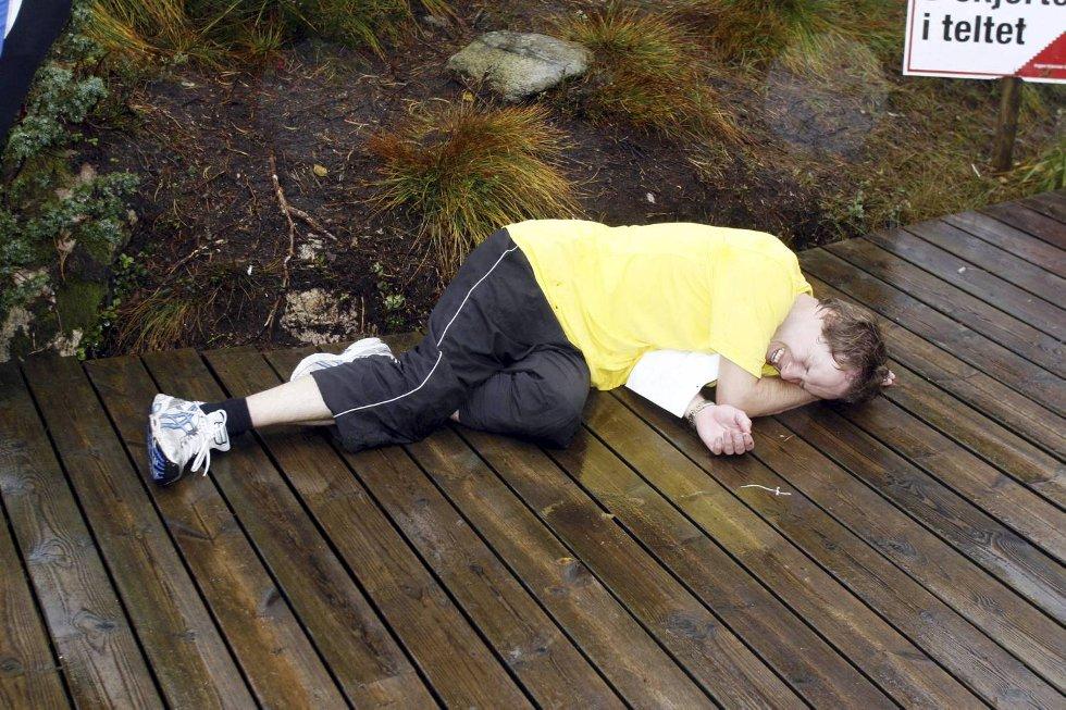 Sverre Knapstad, i klasse 35-39 år, måtte slenge seg ned etter å ha nådd toppen. (Foto: Anders Mo Hanssen)