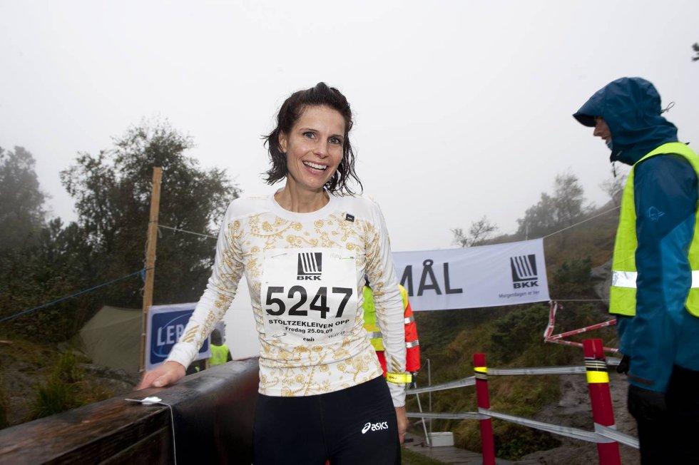 Mona Helen Vikøyr er lykkelig over å være i mål.  (Foto: Eirk Hagesæter)