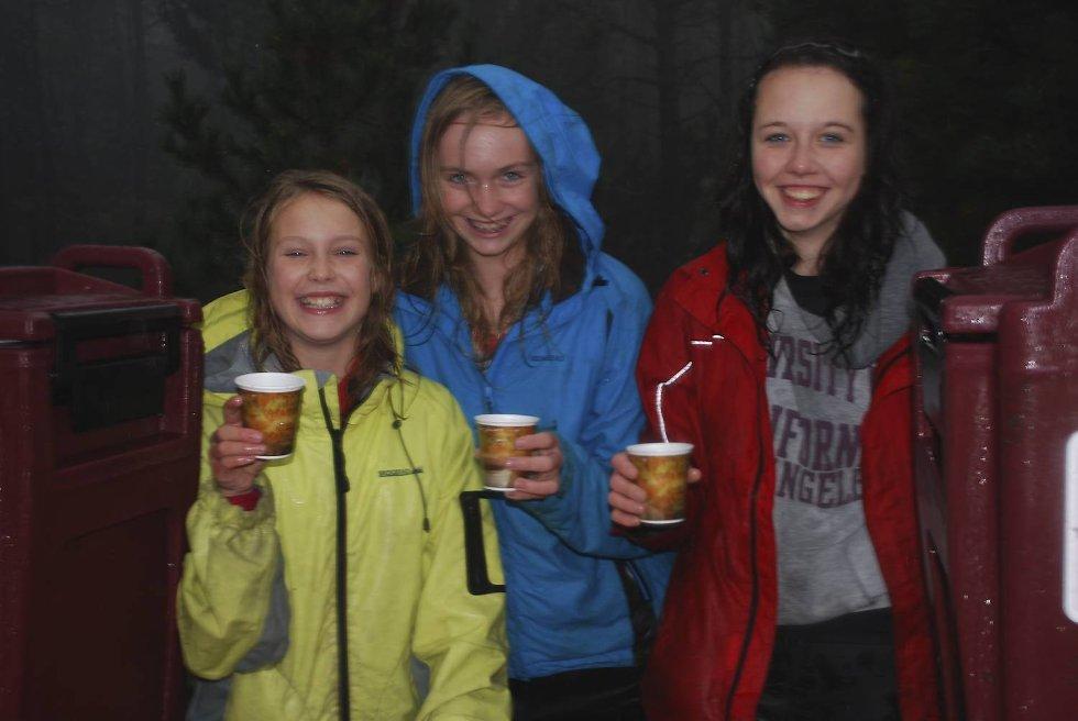 - Varm saft og banan? Elisabeth Lynghaug (13), Helene Moe (13) og Sakia Berle Østraat (14) sørger for at utøverne for noe vamt og god (Foto: )