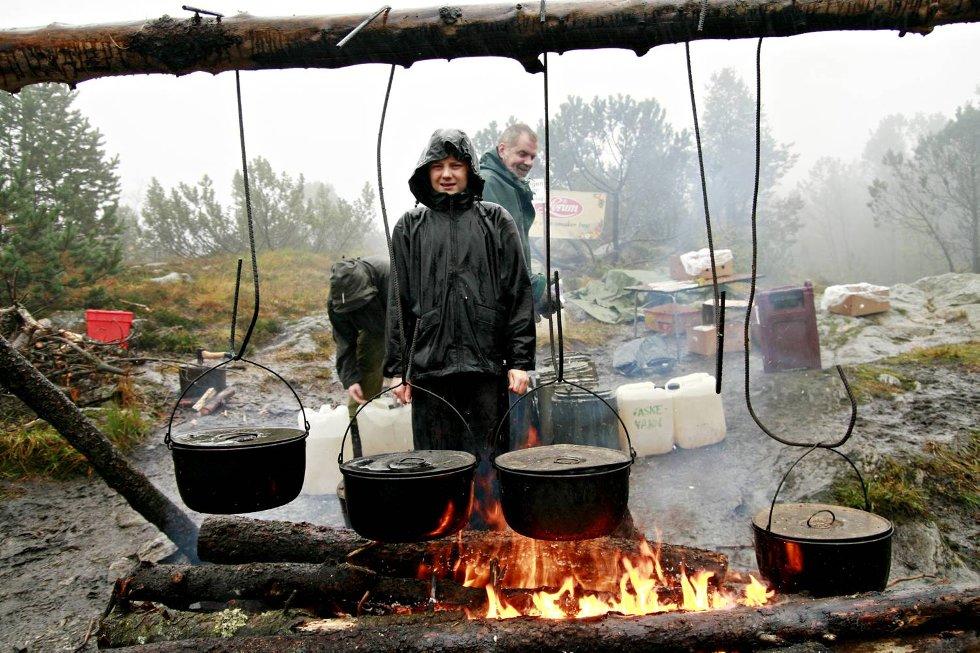 Løpet Stotlzekleiven opp 2009. Fra lørdagen: Jon Agnar Leirvik (12) hjalp til å lage klar saft og bananer til slitne løpere. Men han måtte ha en liten pause for å varme seg på bålet.  (Foto: Nikita Solenov)