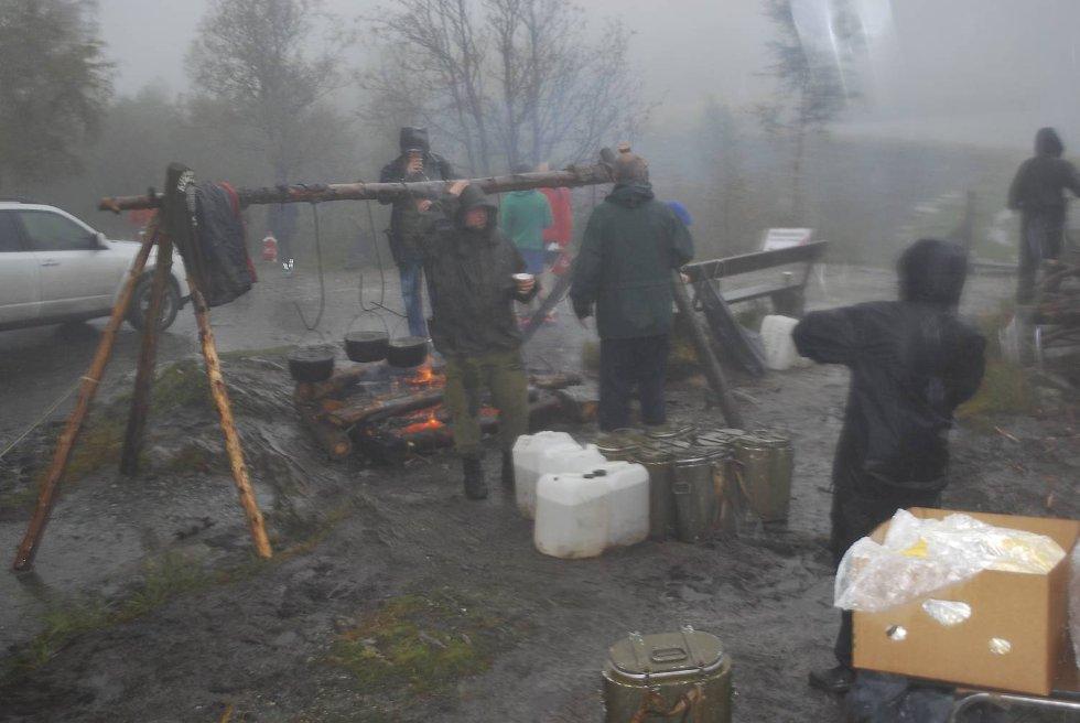 Ved varmestuen jobber frivillige iherdig med å holde liv i bålet. (Foto: Tonje Sagen)
