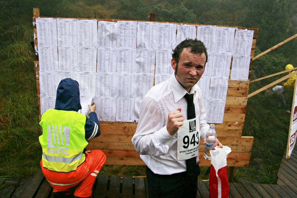 Jørgen Tvedt viste at han mente alvor, og stilte i skjorte og slips. Det endte med ny pers på 12.40. (Foto: Nikita Solenov)