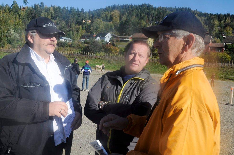 KLARE: Landslagsformannen, Åge Øibakken (til venstre), Jodvar Herheim fra Sauda og Gutorm Aarnes fra Stav BA vil at hingsteutstillingen skal bli fast på Stav. Foto: Terje Lisødegård