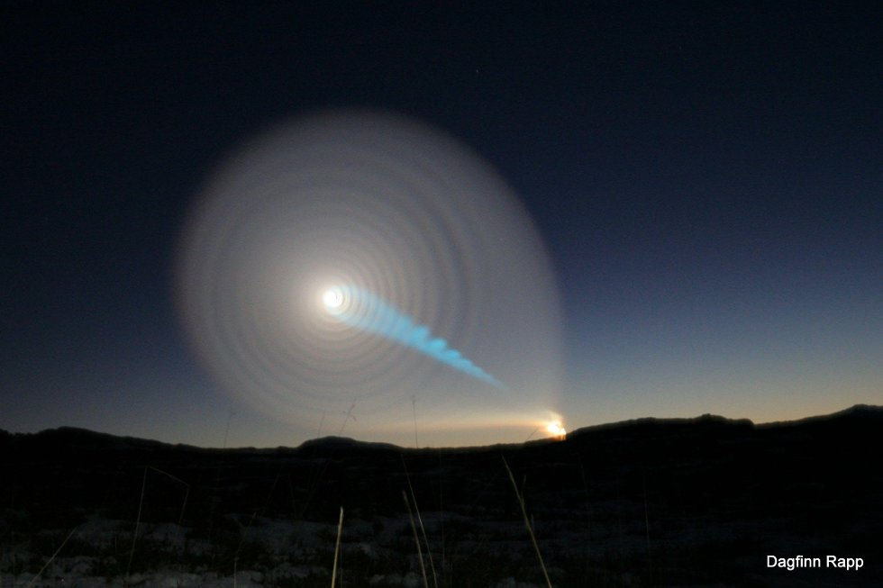 Hei,                 dette bildet ble tatt i retning øst, fra Spildra i Kvænangen klokken 07:49. Det startet som et relativt lite lys, gikk over i spiral som utvidet seg noe som dekket en stor del av himmelen og fortsatte å lyse i nærmere en halv time. Ved høyre nedre ende av lyset kunne lenge sees røyk.                 Dagfinn Rapp                  (Foto: Dagfinn Rapp)