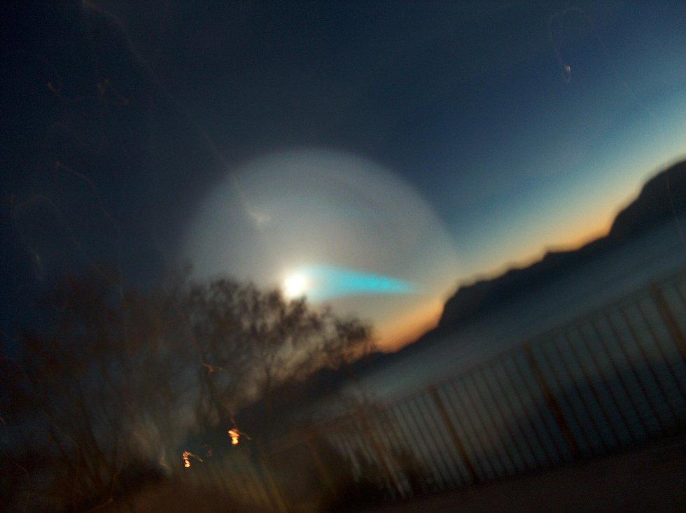 Hei, Rundt 5 på 8 tiden vekket venninna mi meg av at det dukket det opp et helt ubeskrivelig merkelig lys på himmelen. det startet med en liten knall gul sak som begynte å snurre i en spiral på himmelen og vokste seg større og større, å et blått lyst kom ut av den på skrå ned mot fjellene. det så ut som et gigantisk hypnosehjul av noe slag, og ettersom den ble større og større ble den svakere og svakere. men det blå lyset holdt seg der rundt 5 minutter etter at spiralen var så stor at man ikke kunne se den mer.                  det hele varte i kanskje 10 minutter.                 Bildene er tatt fra Trondenes skole i harstad.                 Mvh Lukas Krogh- Nilsen (Foto: Lukas Krogh-Nilsen)