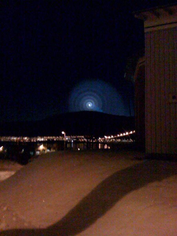 hei!:)                 Tenkte jeg kunne sende bildet på mail også.                 sykt!!                 Nekter å tro at det er en rakett som forrårsaket det hele.                                   Med vennlig hilsen                 Elisabeth Anne Roberts Bjørndalen                  (Foto: )