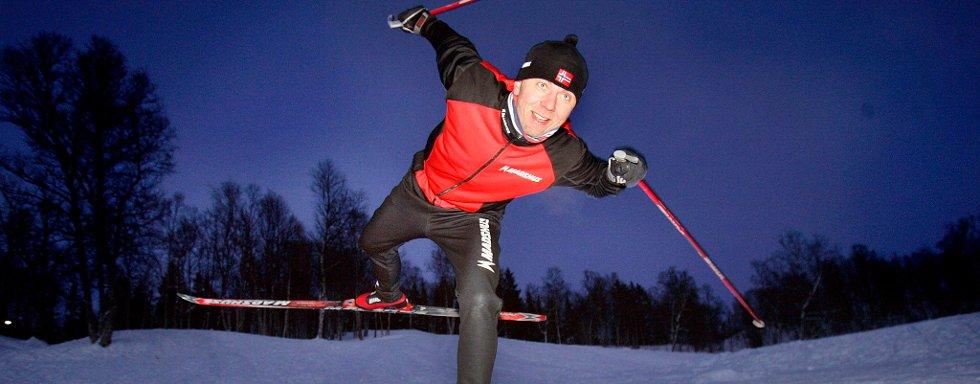TRENER BALANSE PÅ ÉN SKI: For Magnar Slåtto er det viktig at man skal ha det moro når man skal øve seg i å gå på ski.