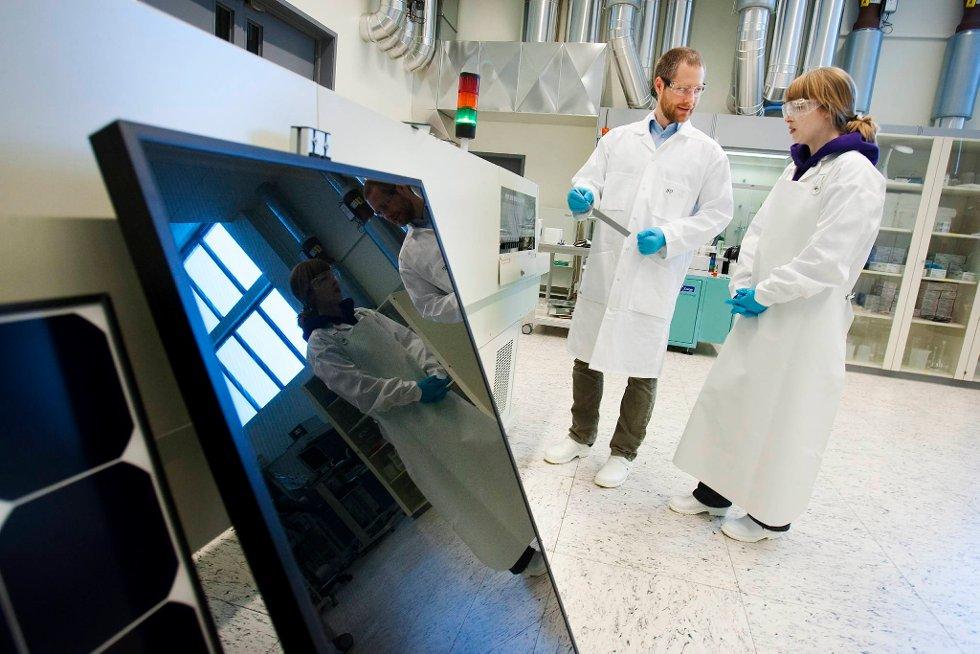 I solcellefabrikken ved IFE testes nye løsninger. Arbeidet Solveig Rørkjær, masterstudent fra NTNU, og seniorforsker Sean Erik Foss utfører, kan resultere i tusenvis av nye arbeidsplasser.
