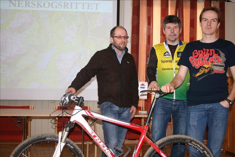 SYKKEL I KOMMUNESTYRESALEN: Nerskogsrittet er et samarbeid mellom Nerskogen Grendalag, Oppdal sykkelklubb og Rennebu Idrettslag, her representert med henholdsvis Arve Krovoll, Jan Ove Henriksen og Kjetil Værnes.