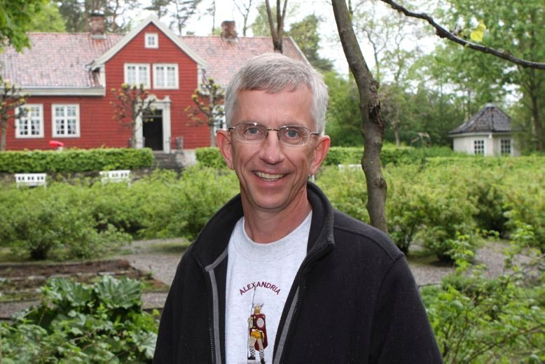 Den 54 år gamle presten Grant Aaseng frå Minnesota er på slektsjakt i Gudbransdalen med kamera på slep...