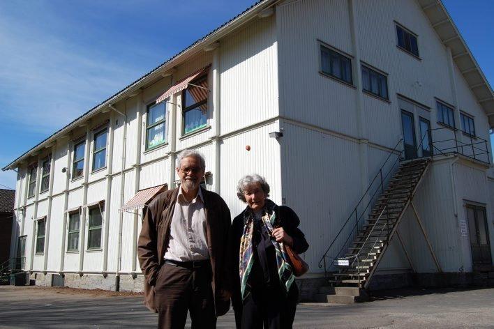 BØR VERNES: Thor W. Gundersen og Else Martens i Skien historielag var i går på befaring ved Marensro skole i Skien. ? En bygning som bør vernes, uttalte Else Martens.