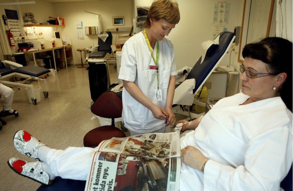 VIKTIG: Blodgivere som Rigmor Høgmo (t.h.) er viktige for blødere. Bioingeniør Lena Markussen tapper.