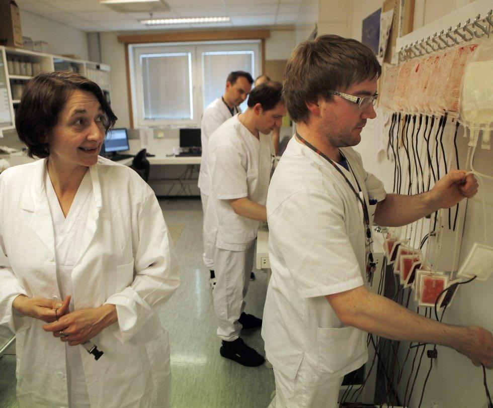 BLODBANKEN: Overlege Mirjana Arsenovic (t.v.) på laboratoriet der blodceller separeres fra blodplasmaen som inneholder livsviktig koagulasjonsfaktor for blødere. Til høyre bioingeniør Eivind Næss Høyden
