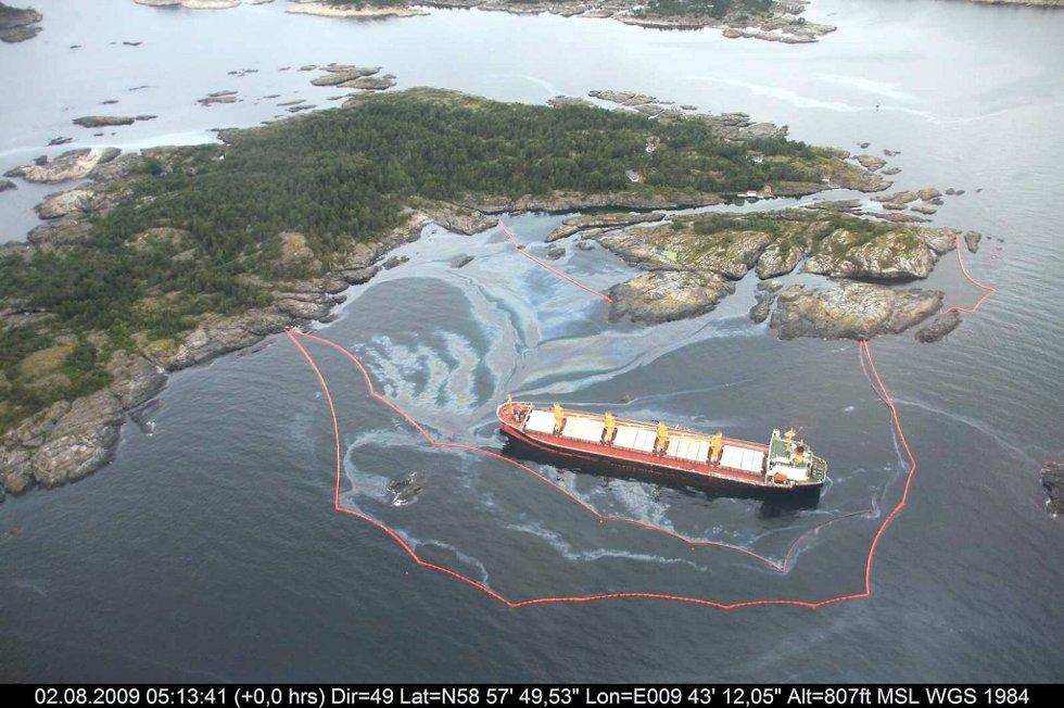 Oppryddingsarbeidet etter forliset pågår fortsatt. Oljesølet tok livet av flere tusen sjøfugl.