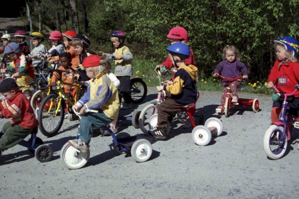 Stormyra barnehage ladet opp til 17. mai feiring med realt sykkelløp. (1998) (Foto: Tore Bø)