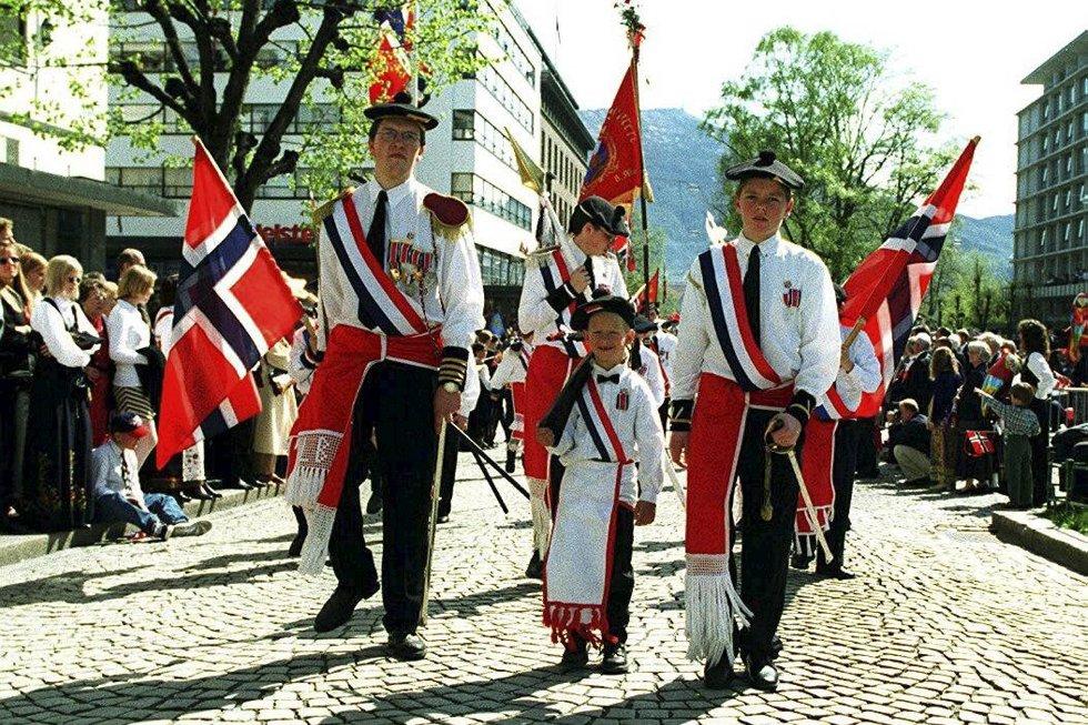 Laksevaag bueskyttere på vei opp fra Ole Bullsplass. (1997) (Foto: Magne Turøy)