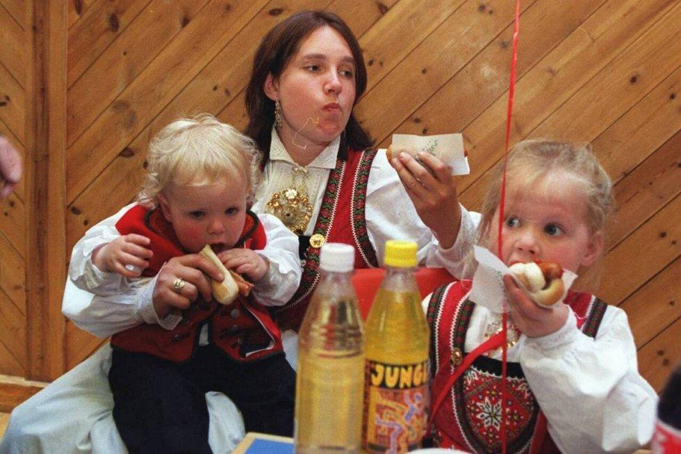 Ingen 17, mai uten pølser! Mamma Anna, Olav Anton og Kristina. (1998) (Foto: Magne Turøy)