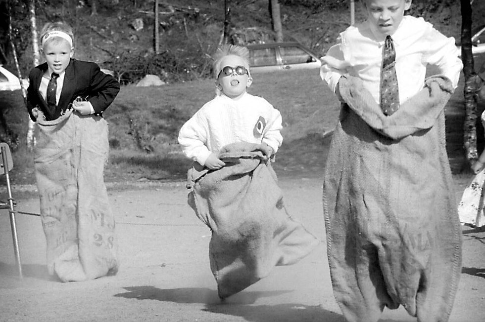 Lille Stig på Bønes fikk iskrem som premie etter å ha vunnet i sekkeløp. Tusner på tusener var samlet på skolen på Bønes. (1998) (Foto: Magnar A. Kjeldsen)