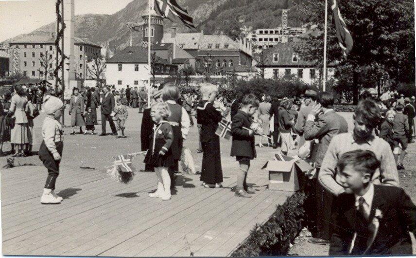 17. mai på Festplassen i 1950.  Kilde: Roy Løvaas, via 17mai.bergen360.no. (Foto: Ukjent)