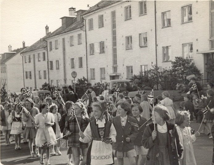 17. mai i Nattlandsveien. Elever fra Landås skole i tog på slutten av 50-tallet. Kilde: Roy Løvaas, via 17mai.bergen360.no. (Foto: Ukjent)