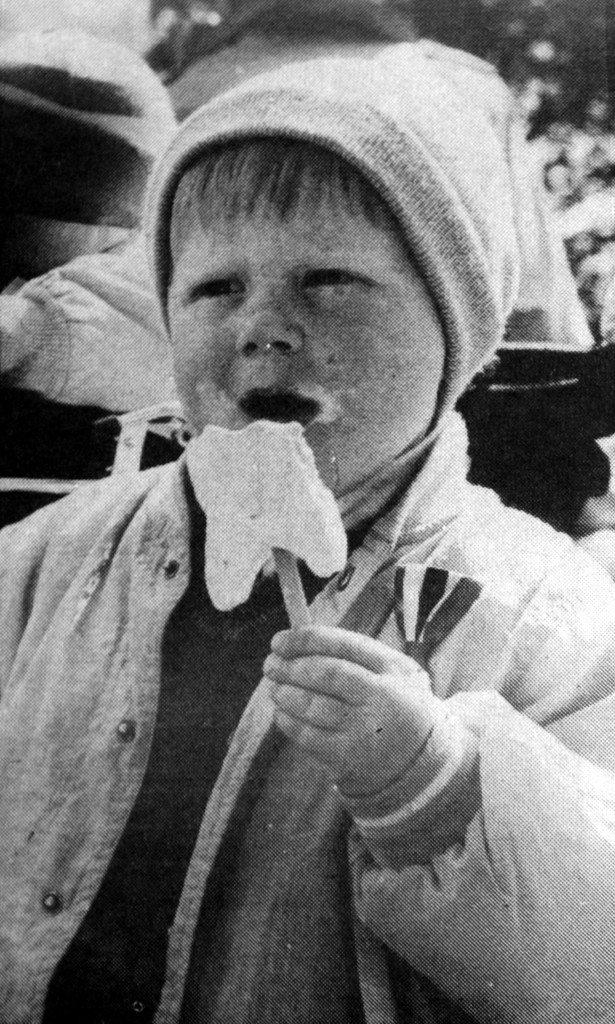 Hva er vel en 17. mai uten is? Bildet er fra 1988. (Foto: BA)