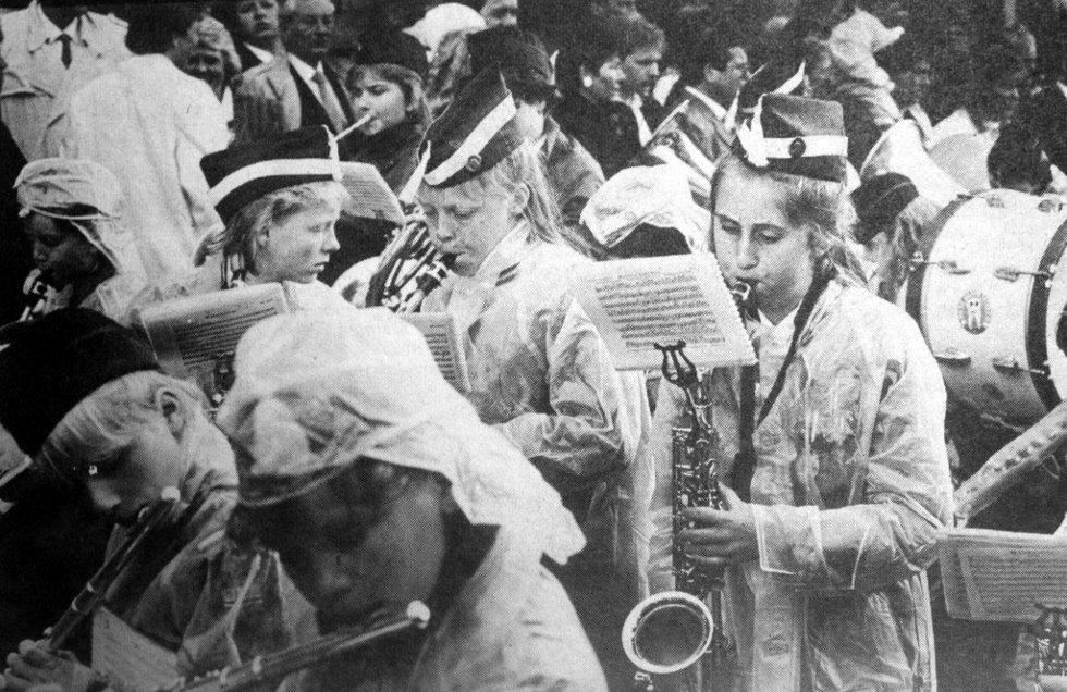 Men hva gjorde det vel at det dryppet noen dråper? De unge musikantene lot seg ikke affisere. Fra 17. mai 1988. (Foto: BA)