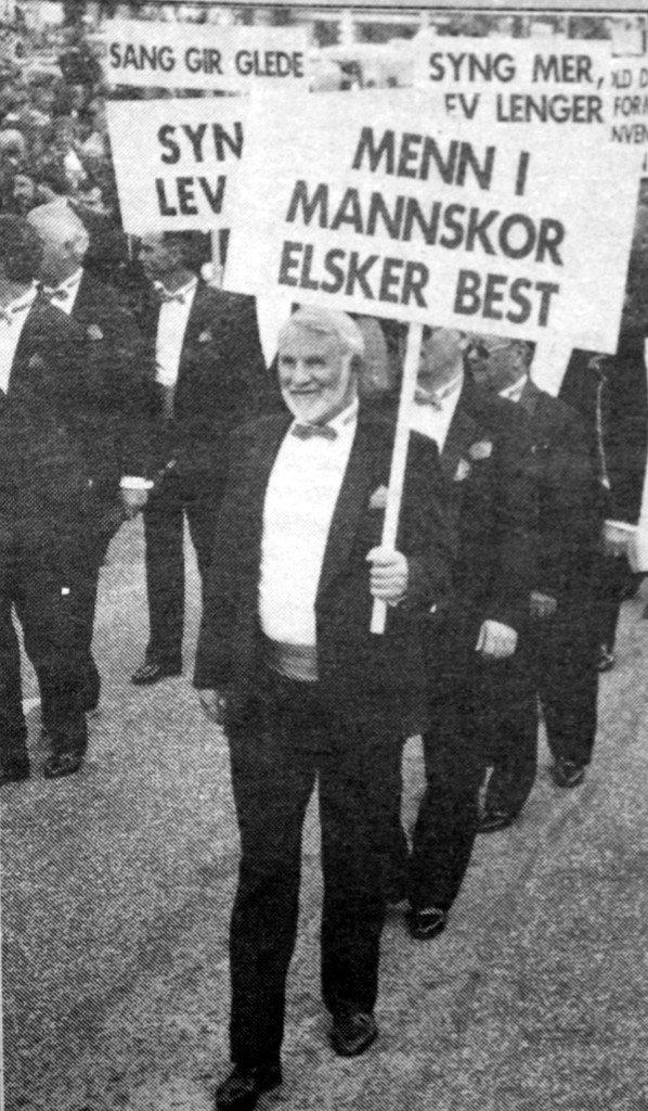 17. mai 1992: Breistein Mannskor kom så avgjort med et av dagens mest potente innslag. Fremst på bildet: John Fløysand. (Foto: BA)