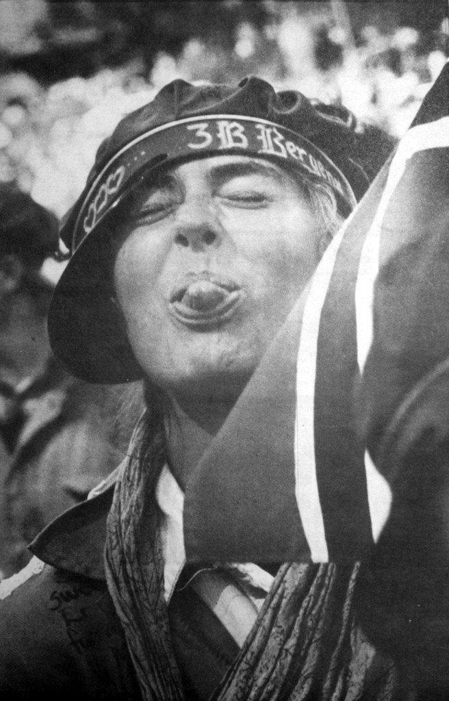 """""""Her kommer hele Norges Sissel Kyrkjebø - akkurat like rampete som russ flest ..."""" Bildet sto i BA 18. mai 1988. """"Sissel Kyrkjebø greide det ikke på 17. mai heller. Gode forsøk på å gjemme seg bort midt inne i klyngen av de tusen blå-russ gikk ikke i boks for Sissel. Telelinsene fant henne til slutt."""" (Foto: BA)"""