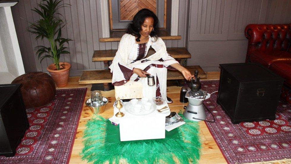 KAFFESEREMONI: Ilza Zegai fra Eritrea lager kaffe på tradisjonelt vis.
