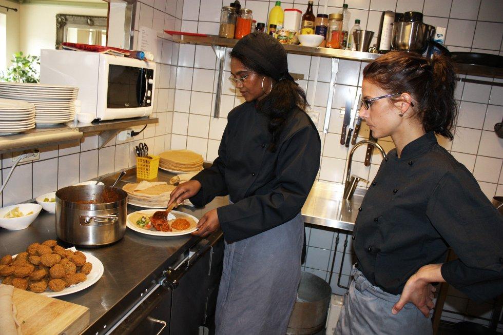Mihret Mehare og Grethe Rafaelsen lager Injero, en rett fra Eritrea.