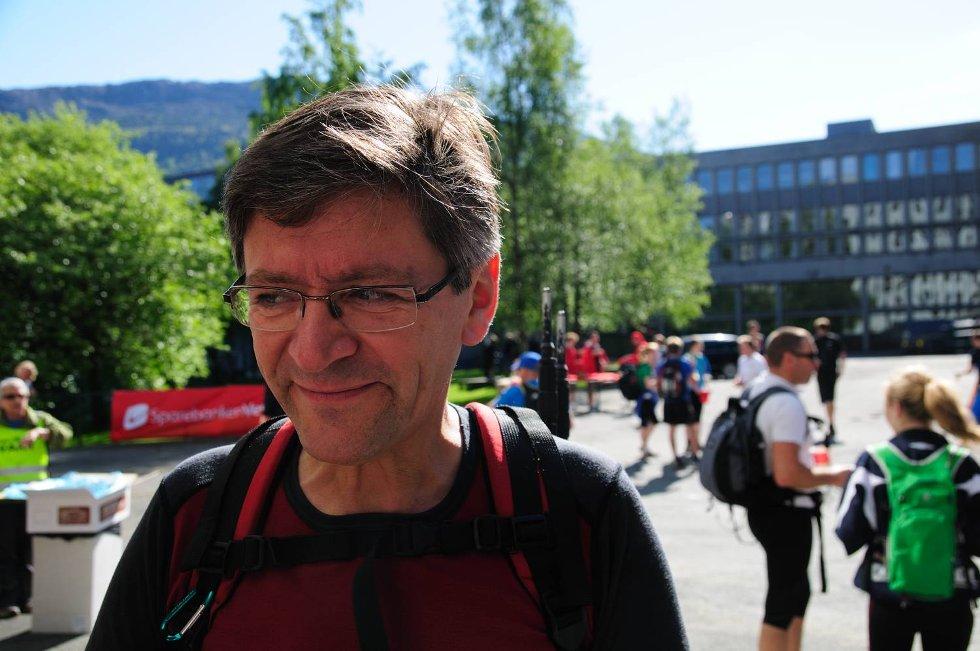 Styreleder i Den norske turistforening, Tom-Ivar Bern, gikk 7-fjellsturen for første gang. - Når bergensere er blide og har det bra er de uslåelige. Aldersspredningen i løypen er utrolig. Her er gråmelerte seige gamle gubber i mindretall, sier Bern. (Foto: SINDRE RAKNES)