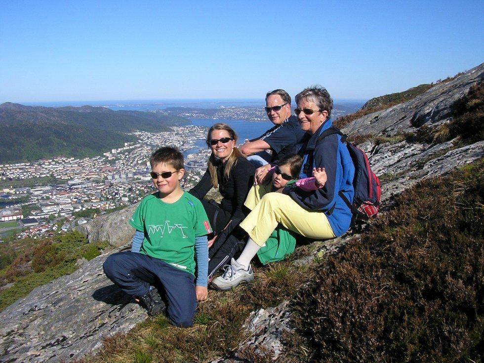 Annike, 5 år, og Jørgen, 9 år, gikk firefjellsturen for andre gang med mormor, morfar, far og mor. (Foto: Leserbilde)
