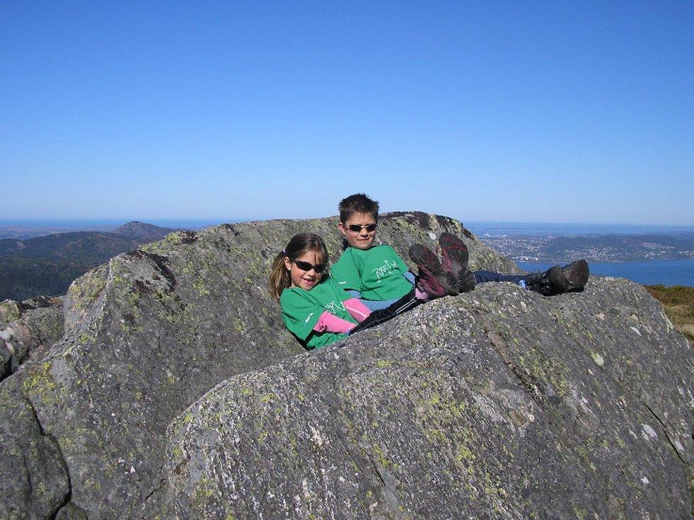 Annike og Jørgen tar en pust i bakken på vei ned fra Ulriken. (Foto: Leserbilde)