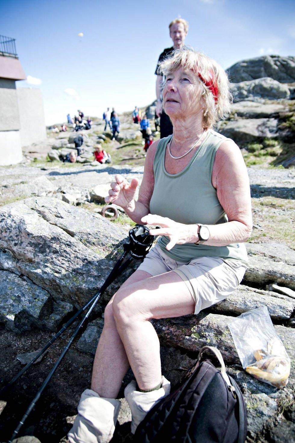 Merete Irgens ble helt betatt av spellemannslaget på toppen av Ulriken. - Jeg simpelthen elsker det! (Foto: SINDRE RAKNES)